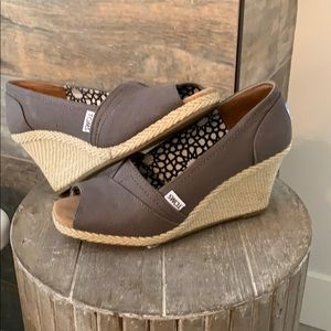 TOMS- Ash Wedge- size 8.5